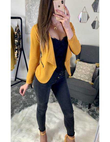 """Petite veste moutarde """"zippée""""."""